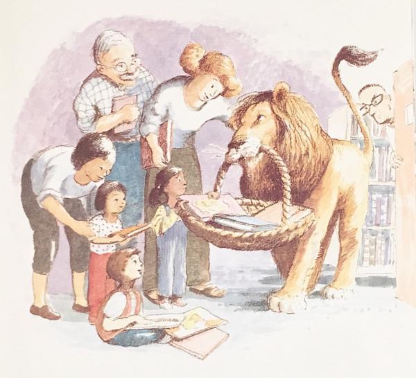 絵本「図書館ライオン」18ページ挿絵。カゴに乗せた本を運ぶライオンとライオンと親しげにする図書館の利用者達